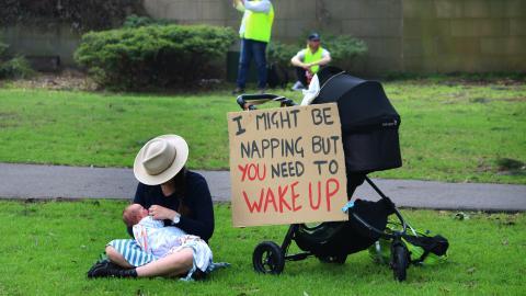 Läsaren undrar när det är dags att börja tala med de minsta om klimatkrisen – utan att inge alltför stora känslor av hopplöshet. Bild: Shutterstock