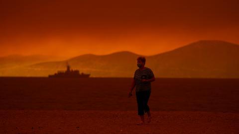 Bild från den hårt skogsbrandsdrabbade ön Evia, Grekland. Bild: Petros Karadjias/AP/TT