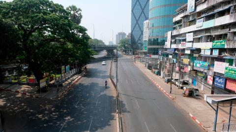 I generalstrejkens spår står den här annars livliga gatan i Yangon i princip tom en dag i mars. Foto: AP / TT