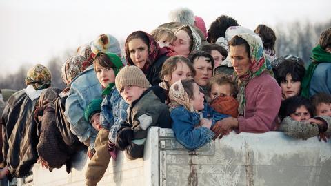 Kvinnor och barn evakueras från Srebrenica. 8 000 muslimer, huvudsakligen män och pojkar i åldrarna 13 till 78, mördades där  av bosnienserbiska styrkor.    Bild: Michel Euler/AP