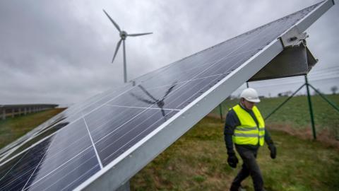 Läsaren undrar om storskaliga solcellsanläggningar kan vara ett alternativ till vindkraftsparker.   Bild: Johan Nilsson/TT