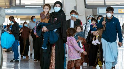 Familjer evakueras från Kabul, Afghanistan. Bild: Jose Luis Magana/AP/TT