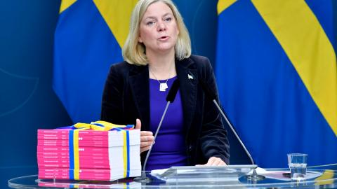 Magdalena Andersson (S), finansminister, med budgeten. Bild: TT/Anders Wiklund
