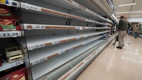I många livsmedelsbutiker gapar hyllorna tomma.  Bild: Jon Super/AP